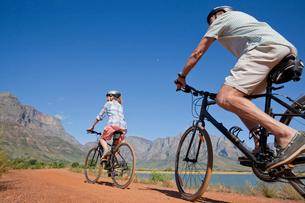 Senior couple mountain biking on country trackの写真素材 [FYI02122334]