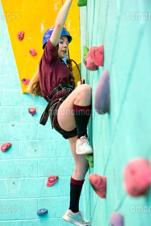 High school student climbing rock climbing wallの写真素材 [FYI02122340]