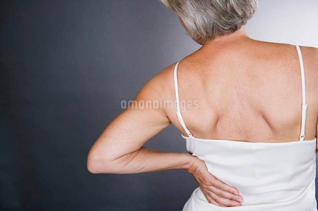 A senior woman with backacheの写真素材 [FYI02122446]