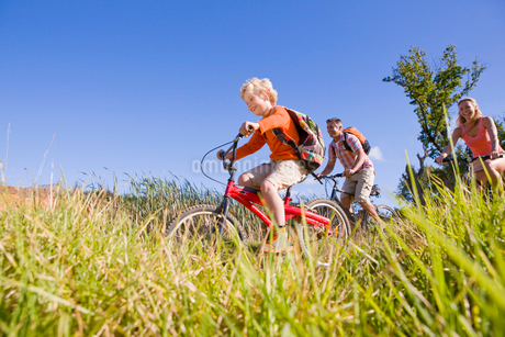 Family mountain biking on country trackの写真素材 [FYI02122465]