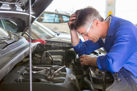 Mechanic baffled by problem with carの写真素材 [FYI02122501]
