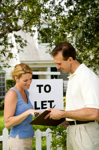 Woman consulting letting agent about property to letの写真素材 [FYI02122532]