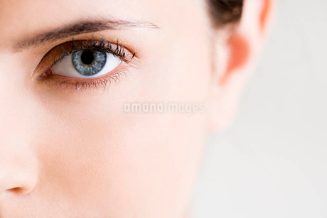 Detail of woman's face showing left eye with blue irisの写真素材 [FYI02122588]