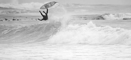 Surfer falling off surfboard on waveの写真素材 [FYI02122602]