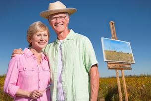 Portrait Of Senior Couple Enjoying Outdoor Painting Classの写真素材 [FYI02122634]