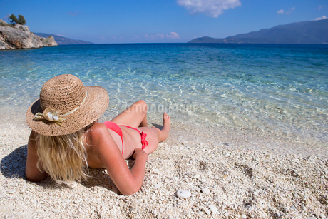 woman, looking out to sea, lying on beachの写真素材 [FYI02122657]
