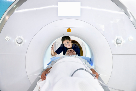 Hospital Radiographer With Male Patient Operating MRI Scannerの写真素材 [FYI02122661]