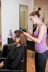 A female hairdresser colouring a female clients hairの写真素材 [FYI02122687]
