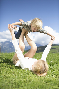Boy Balancing On Teenage Sister's Feetの写真素材 [FYI02122693]
