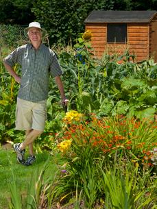 Portrait Of Mature Man Working In Summer Gardenの写真素材 [FYI02122736]