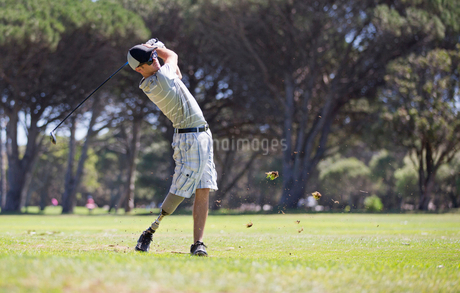 Male Golfer With Artificial Leg Teeing Off On Golf Courseの写真素材 [FYI02122754]
