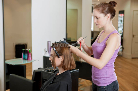A female hairdresser colouring a female clients hairの写真素材 [FYI02122811]