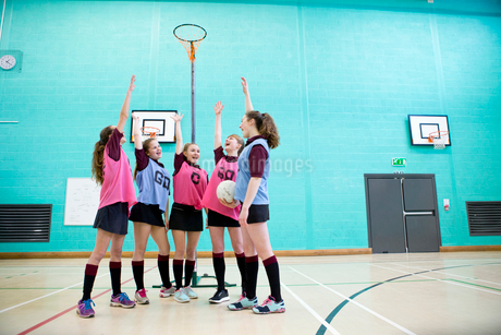 Enthusiastic high school students cheering before netball game in gymの写真素材 [FYI02122817]