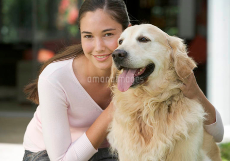 A young girl with her pet dogの写真素材 [FYI02122847]