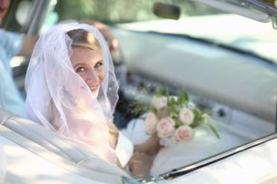 Portrait Of Bride In Open Top Classic Car On Wedding Dayの写真素材 [FYI02122863]