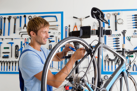 Cycle technician repairing bicycleの写真素材 [FYI02122876]