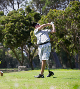 Male Golfer With Artificial Leg Teeing Off On Golf Courseの写真素材 [FYI02122883]