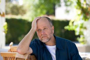 A senior man sitting in a gardenの写真素材 [FYI02122903]