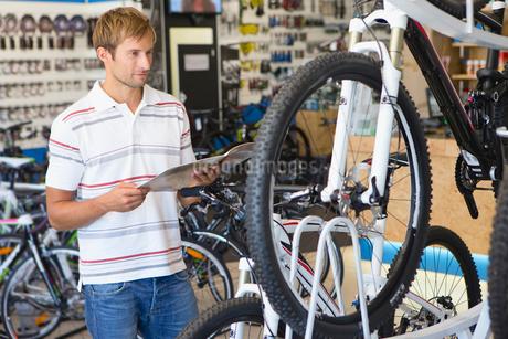 Man choosing a bicycle in shopの写真素材 [FYI02122911]