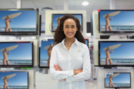 Portrait Of Female Sales Assistant In Television Storeの写真素材 [FYI02122923]