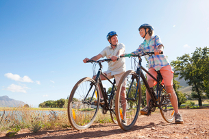 Senior couple mountain biking on country trackの写真素材 [FYI02122968]