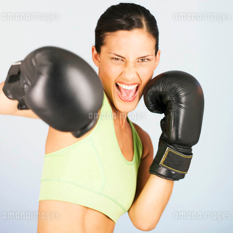 A young woman boxingの写真素材 [FYI02122969]
