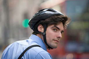 A businessman wearing a cycling helmet, commuting to workの写真素材 [FYI02122974]