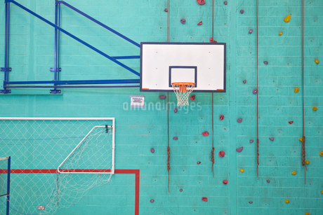 Basketball hoop against turquoise rock climbing gym wallの写真素材 [FYI02122984]