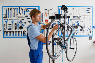 Cycle technician repairing bicycleの写真素材 [FYI02122991]