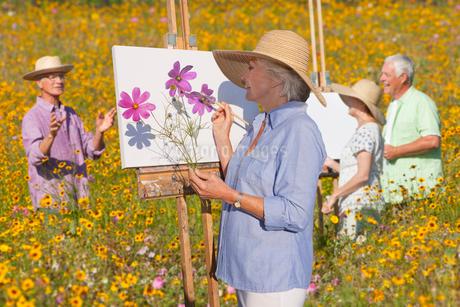Group Of Seniors Enjoying Outdoor Painting Classの写真素材 [FYI02123017]