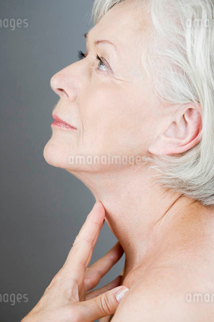 A senior woman touching her neckの写真素材 [FYI02123050]
