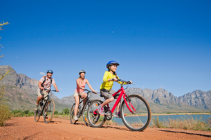Family mountain biking on country trackの写真素材 [FYI02123079]