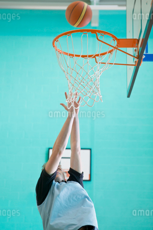 High school student playing basketball in gymの写真素材 [FYI02123089]