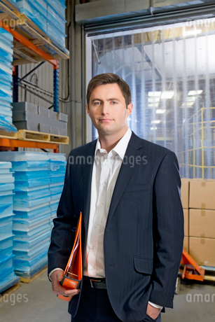 Portrait Of Businessman In Warehouse Despatch Areaの写真素材 [FYI02123140]
