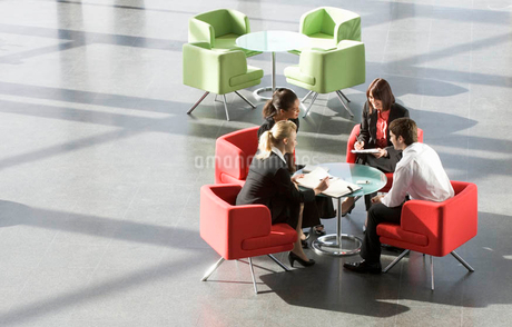 Four business colleagues having a meeting in an office buildingの写真素材 [FYI02123142]