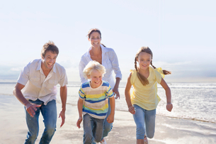 Family Having Fun On Beach Vacation Togetherの写真素材 [FYI02123223]