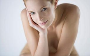 A female nude, sittingの写真素材 [FYI02123244]