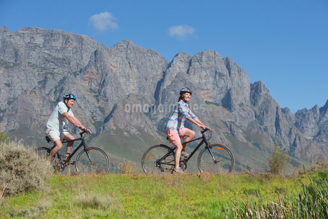 Senior couple mountain biking on country trackの写真素材 [FYI02123261]