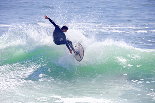 Surfer riding large waveの写真素材 [FYI02123287]