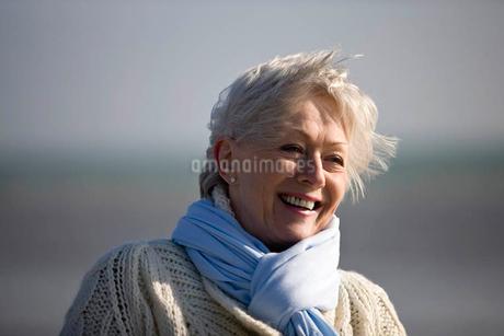 Portrait of a senior woman on the beachの写真素材 [FYI02123290]