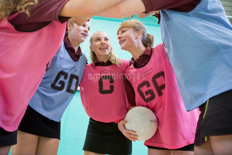 High school students talking in huddle before netball gameの写真素材 [FYI02123293]