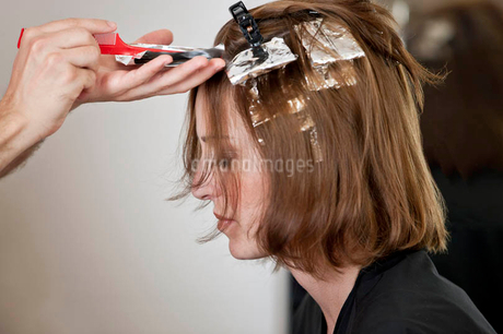 A female client having her hair coloured in a hairdressing salon, close upの写真素材 [FYI02123299]