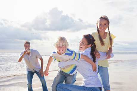 Family Taking Photos On Beach Vacation Togetherの写真素材 [FYI02123333]
