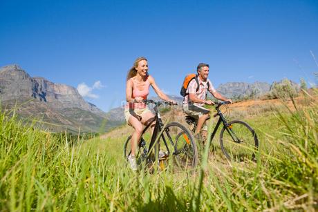 Couple mountain biking in countrysideの写真素材 [FYI02123360]