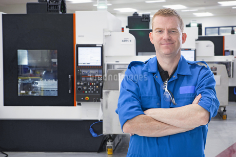 Portrait Of Engineer With Computerised Lathe In Factoryの写真素材 [FYI02123364]