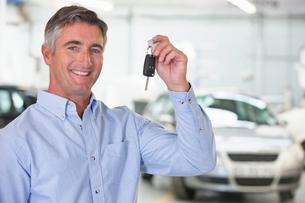 Man holding car keys of new carの写真素材 [FYI02123378]