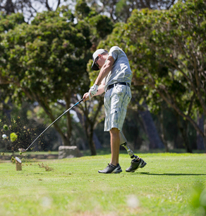 Male Golfer With Artificial Leg Teeing Off On Golf Courseの写真素材 [FYI02123383]
