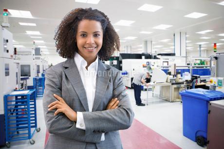 Portrait Of Businesswoman On Floor Of Engineering Factoryの写真素材 [FYI02123481]