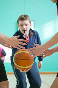 Gym teacher initiating basketball tip-off for high school studentsの写真素材 [FYI02123494]