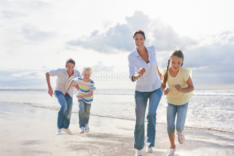 Family Having Fun On Beach Vacation Togetherの写真素材 [FYI02123509]